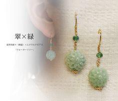香港で特注。1つ1つ手彫りされたカービング翡翠   睡蓮の花をイメージして彫られた翡翠。香港にて特注したオリジナルの翡翠です。 1つ1つ手彫りされた翡翠は、やはり美しい。 全体に施された美しいカービングを隠してしまうのは、とてももったいないので耳元でゆらゆらと揺れるピアスにしました。 翡翠の上にはエメラルドのビーズ。鮮やかなグリーンを組み合わせることで、この翡翠のやさしいグリーンの色が引き立つようにしました。  金具もデザインの大切な一部。 翡翠の下、翡翠をおさえるための地金もお花の形に見えるようにデザインしています。 この部分は正面からは少ししか見えませんが、ピアスを外して置いたときも美しく、細部のこだわりも楽しんでいただけたらと思い工夫をしました。