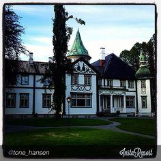 Bårdshaug Herregård - Orkanger. Photo: @tone_hansen Villas, Norway, Mansions, House Styles, Instagram, Palaces, Villa, Mansion