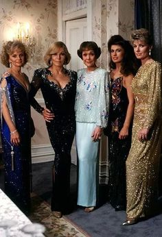 Aquí, con unas amigas... Falcon Crest, Susan Sullivan, Kim Novak, Bridesmaid Dresses, Wedding Dresses, Actors & Actresses, Hollywood, Glamour, Falcons