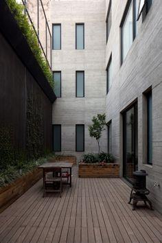 Edificio de fachada angosta. Edificio Antonio Solá / DCPP Arquitectos