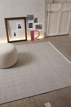 Las Alfombras de Lana de Esta nueva coleccion HAND-WOVEN de KP evocan el espiritu escandinavo en alta decoración. Diseños simples y geometricos con colores naturales,utilizando un método de fabricación artesanal en telares manuales, alfombra por alfombra en la medida deseada.   Alfombra KP de Lana      SKANDIA       Diseño: Jensen    http://www.alfombraskp.com/