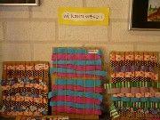 Mexicaans weven Materiaal:kartonnetjes, touwtjes of elastiekjes, reepjes stof. Weef de reepjes stof tussen de touwtjes / elastiekjes door.