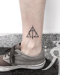 Find the tattoo artist and the perfect inspiration to get your tattoo.- Tattoo done by tattoo artist Renan Sampaio from Belo Horizonte. Inspired by the death relics of the Harry Potter film. Harry Tattoos, Fandom Tattoos, Skull Tattoos, Disney Tattoos, Cute Tattoos, Body Art Tattoos, Sleeve Tattoos, Small Harry Potter Tattoos, Literary Tattoos