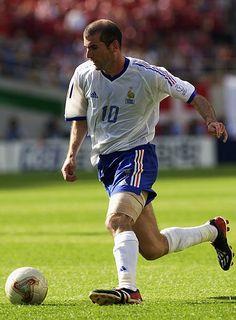 Zinedine Zidane of France runs with the ball during the FIFA World Cup Finals 2002 Group A match between Denmark and France played at the Incheon Munhak Stadium, in Incheon, South Korea on June Denmark won the match DIGITAL Zinedine Zidane Real Madrid, Football Is Life, Football Kits, College Football, European Soccer, Fc Chelsea, Sport Icon, France Photos, Tottenham Hotspur