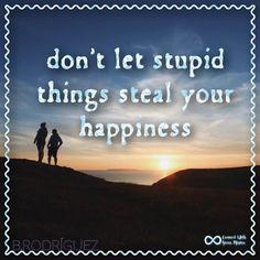 A veces dejamos que cosas sin importancia nos roben momentos de felicidad. Tenemos que ser mas disciplinados en eso y más sabios. Nada debe robarte la alegría y menos una estupidez. #connectwithyourmisma
