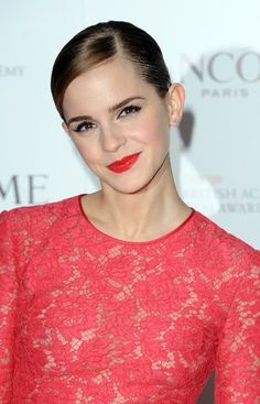 Emma Watson's Best Hair and Makeup Looks from Harry Potter to Beauty a Photos Emma Watson Belle, Ema Watson, Pixie Hairstyles, Vintage Hairstyles, Cool Hairstyles, Pixie Haircuts, Emma Watson Beautiful, Emma Watson Sexiest, Hermione Granger