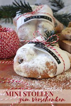 Diese süßen Mini Christstollen sind eine tolle Geschenkidee für die Adventszeit und können ganz entspannt schon Anfang Dezember vorbereitet werden. Mini Stollen, Christen, Christmas Bulbs, Holiday Decor, Blog, Advent Season, December, Wedding Pie Table, Weihnachten