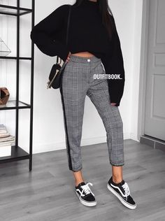 Pinned onto 2018 winter outfits Board in 2018 winter outfits Category Trouser Outfits, Basic Outfits, Simple Outfits, Trendy Outfits, Casual Trouser Outfit, Winter Fashion Outfits, Look Fashion, Korean Fashion, Winter Outfits