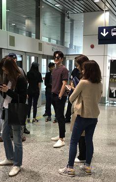 Ji Chang Wook meets fans at Malaysian airport Ji Chang Wook Abs, Ji Chang Wook Smile, Ji Chang Wook Healer, Ji Chan Wook, Drama Korea, Korean Drama, Korean Celebrities, Korean Actors, Ji Chang Wook Photoshoot