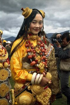 Tibetan costume and ornaments, though bright in color, are harmoniously presented. It is in the clothing and ornaments that the gorgeous features of the Tibetans are perfectly embodied. Ordinary dress with distinctive ethnic features is the Tibetan-style robe, characterized by long sleeves, loose waist and large lapel.