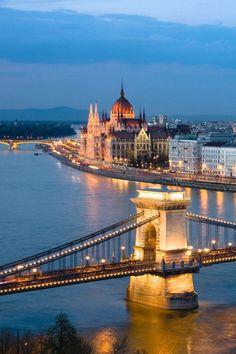 ブダペストのドナウ河岸とブダ城及びアンドラーシ通り