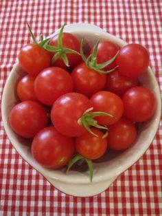 fresh picked cherry tomatoes - I can almost taste them Red Farmhouse, Tomato Garden, Vegetable Garden, Red Cottage, Red Tomato, Growing Tomatoes, Simple Pleasures, Fruits And Vegetables, Cherry Tomatoes