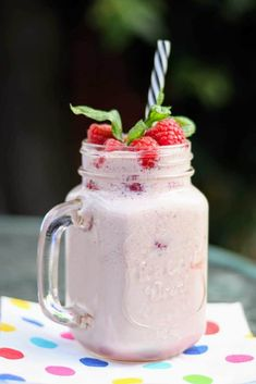 Slimming World 2 Syn Raspberry & Mint Smoothie Recipe - Tastefully Vikkie Mint Smoothie, Smoothie Prep, Fruit Smoothies, Healthy Smoothies, Smoothie Recipes, Drink Recipes, Healthy Recipes, Healthy Fruits, Slimming World Smoothies