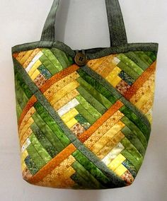 Quilted bag with lovely pattern and colors Sacs Tote Bags, Quilted Tote Bags, Reusable Tote Bags, Patchwork Quilt, Patchwork Bags, Quilts, Log Cabin Patchwork, Purse Patterns, Quilt Patterns