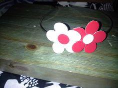 Tiara de flores de couro, feita por Bia Artesanatos