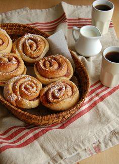 Raspberry jam rolls / Pãezinhos de geleia de framboesa by Patricia Scarpin, via Flickr