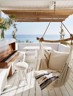 Esta pequeña cabaña no es ni lujosa, ni grande, pero su emplazamiento, sus vistas y el blanco y recogido interior, se antojan como un lugar de lujo para disfrutar del verano junto al Mediterráneo.…