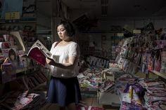 Chiaki Watanabe est mise en scène dans une librairie de Namie.