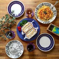 ブラックPARATIISI(パラティッシ)と、Tuokio(トゥオキオ)の組み合わせがまるでここがフィンランドかと見まがうほど素敵な食卓を演出しています。