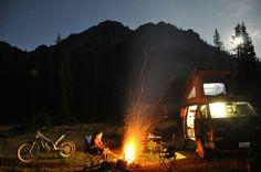 Un Westfalia, une moto de trial, une montagne et un feu... que demander de plus... :-)