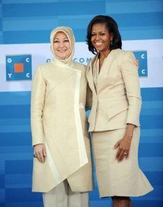 Michelle Obama (R) greets Mrs. Hayrunnisa Gul from Turkey at the Gary Corner You Tesettür Modası 2020 Michelle Obama, Muslim Fashion, Hijab Fashion, First Ladies, Piercings, Moda Emo, Hijab Outfit, Youth Center, Eminem