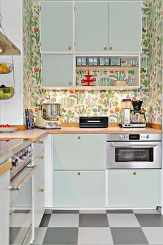 Brilliant Colorful Kitchen from 29 of the Fresh Colorful Kitchen collection is the most trending home decor this season. This Colorful Kitchen look related to kitchen, kitchencabinets, kök and…More Retro Home Decor, Home Decor Trends, Kitchen Interior, Kitchen Decor, Kitchen Ideas, Kitchen Shelves, Kitchen Backsplash, Interior Design Boards, Kitchen Wallpaper