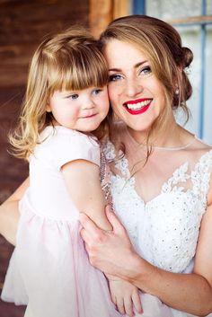 family wedding photos bride with a little girl lina flodins via 500 px