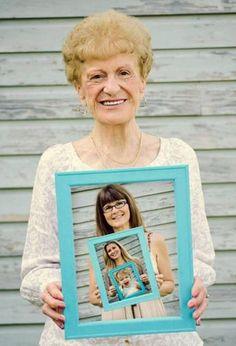 Die alte Omas werden so froh sein, wenn sie solch ein Geschenk bekommen - Familienfoto in einem Foto