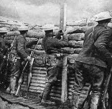 soldados refugiandose atrás de su fortaleza