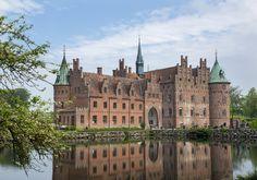 PRAKTFULLT: Egeskov slott ble bygget i 1554, og er fortsatt et imponerende skue.