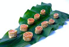 Rollitos de tortilla al eneldo rellenos de salmón ahumado