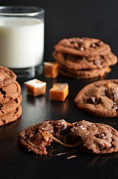 Salted and Malted Nutella Caramel Cookies-- these cookies are insanely delicious and will have everyone begging for the recipe this Christmas! Caramel Chocolate Chip Cookies, Nutella Cookies, Chocolate Chips, Nutella Fudge, Tea Cookies, Nutella Recipes, Holiday Cookies, Chocolate Cake, Yummy Treats