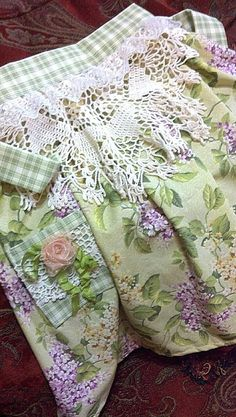 Hand-made Apron with Vintage Doily & Trims . Vintage Handkerchiefs, Aprons Vintage, Vintage Sheets, Vintage Sewing, Vintage Linen, Sewing Crafts, Sewing Projects, Diy Crafts, Apron Designs