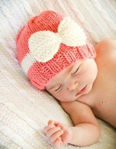 Bonito gorrito para bebé en punto jersey y el moño en santa clara.