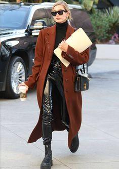 Hailey Bieber in an Alexander wang coat. Estilo Hailey Baldwin, Hailey Baldwin Style, Chic Outfits, Winter Outfits, Work Outfits, Summer Outfits, Mantel Outfit, Balenciaga Coat, Coat Outfit