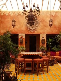 Interior Mexican Decor - Fonde San Miguel - Austin, Tx This is the place I remember going to! Mexican Blanket Decor, Mexican Style Decor, Mexican Style Homes, Spanish Style Homes, Spanish House, Spanish Colonial, Hacienda Homes, Hacienda Style, Hacienda Kitchen