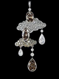 Jewellry Theatre 'Clouds Limited Edition' Pendant. 18K white gold, 3 cognac diamonds 4,73-4,82 ct, 2 diamonds 0,94-1,00 ct, 116 diamonds 0,88-0,91 ct, 27 yellow diamonds 0,55-0,58 ct