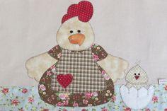 Pano de prato em algodão colorido com aplicação aplicação galinha e seus pintinhos em patch aplique, . Barra e aplicação em tecido 100% algodão.