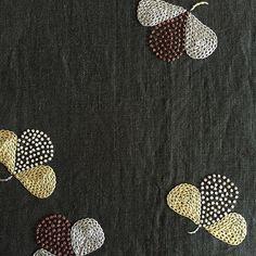 ひらり宙を舞う花をイメージ「float」 #tetoteworks #embroidery #手刺繍 #刺繍#float#花