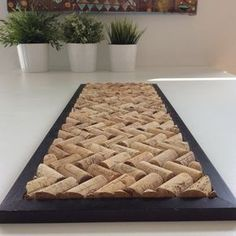 DIY dessous de plat en bouchons de liege - www. Diy Tableau, Cork Art, Wine Cork Crafts, Creation Deco, Ideias Diy, Diy Projects To Try, Diy Furniture, Diy Home Decor, Decor Room