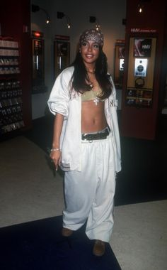 Hip hop design and style, also called big design and style, serves as a particular style of outfit. Black 90s Fashion, Hip Hop Fashion, Look Fashion, Aaliyah Outfits, Aaliyah Style, Aaliyah Costume, Aaliyah Aaliyah, Style Outfits, Mode Outfits
