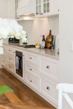 evermore designed homes classic Hamptons beauty in Graceville Home Decor Kitchen, Kitchen Interior, New Kitchen, Home Kitchens, Kitchen Ideas, Die Hamptons, Hamptons Style Decor, Design Seeds, Layout Design