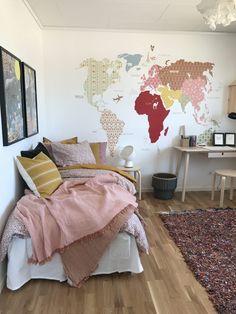 dormitorio juvenil para chicas en rosa palo, pintura mural composición mapamundi con papeles pintados