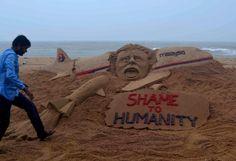 """Statement aus Sand: """"Shame to humanity"""" - """"Schande über die Menschheit"""": Ein starkes Statement aus Sand setzte der indische Künstler Sudarshan Pattnaik am Strand von Puri und meint damit den Abschuss der Maschine MH17 in der Ukraine. Mehr Bilder des Tages auf: http://www.nachrichten.at/nachrichten/bilder_des_tages/cme10133,1102752 (Bild: epa)"""