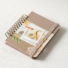Обычно в поездках столько вдохновения, что надо точно брать с собой тревелбук – блокнот с плотными листами для записей, зарисовок, фотографий и билетиков. Конечно, приятно сделать его самостоятельно! В первой частимы подготовим листочки бумаги для будущего тревелбука и заготовим обложку с круглыми уголками, сделаем кармашек для мелочей и приклеим его к заднему форзацу.Во второй части показано, как поэтапно оформить обложку, заодно демонстрируется множество инструментов для скрапбукинга. В…
