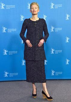 """Berlinale 2016: Tilda Swinton präsentiert sich beim Pressetermin für """"Hail, Caesar!"""" in einen dezent-elegantem Tweed-Ensemble. Viel interessanter sind aber ihre Kork-Plateau-Heels von Chanel."""