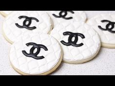 Learn how to create these cute and fashionable decorated quilted Chanel sugar cookies. Fancy Sugar Cookies, Sugar Cookie Royal Icing, Fun Cookies, Cupcake Cookies, Decorated Cookies, Cupcakes, Chanel Cookies, Chanel Cake, Coco Chanel