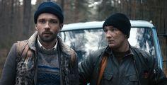 """Sieh den Trailer zu """"Schrotten!"""" - Mirko Talhammer (Lucas Gregorowicz) erbt einen heruntergewirtschafteten Schrottplatz und muss diesen mit seinem Bruder (Frederick Lau) vor dem Ruin retten. Der Film kommt am 5. Mai in die Kinos."""