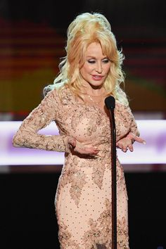 Dolly Parton& SAG Awards Moments Had Even the Stuffiest Stars Crying With Laughter Dolly Parton 2017, Dolly Parton Costume, Dolly Parton Quotes, Dolly Parton Tattoos, Dolly Parton Imagination Library, Dolly Parton Pictures, Musica Country, Sexy Older Women, Hello Dolly