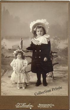 jouets d'enfants, jeux de photographes : Fillette avec sa grande poupée. Photographie J. Le...